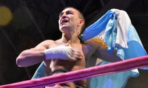Omar Narváez retuvo el título Supermosca OMB ante Felipe Orucuta