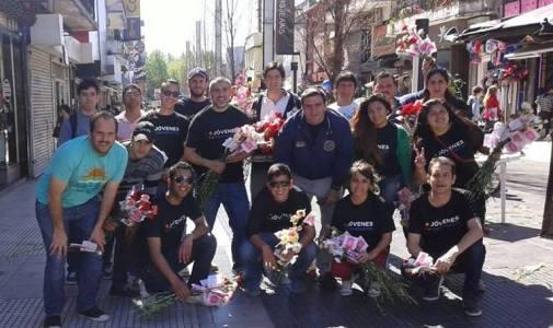 Jóvenes del Frente Renovador San Martín repartieron 10 mil claveles