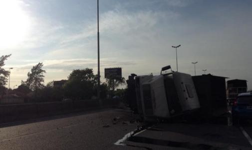 Volcó un camión tras chocar contra un auto en la Panamericana