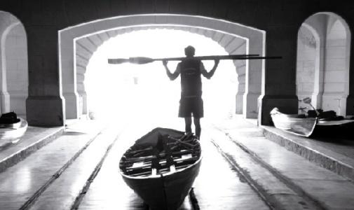 Remo y canotaje nocturno en el río Luján